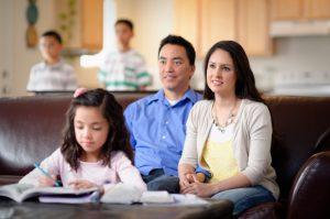 Rodina sleduje konferenciu
