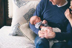 Otec s bábätkom