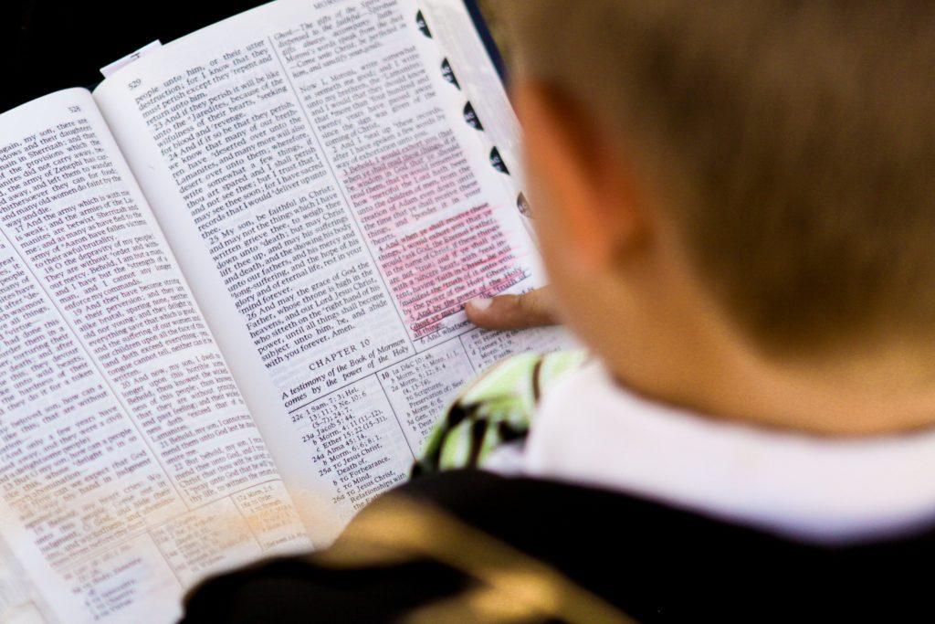 Chlapec číta Knihu Mormonovu