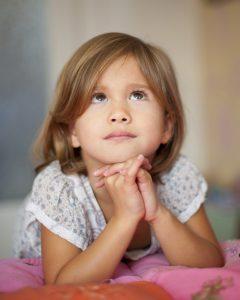 Dievčatko sa modlí