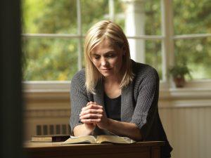 Žena hľadá Boha v písmach a modltibe
